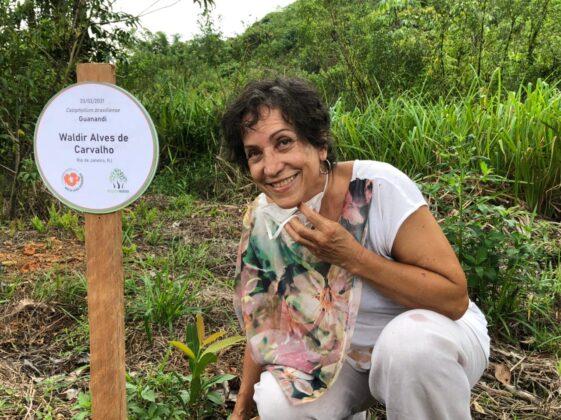Beth Costa, da Fenaj, plantou um guanandi em homenagem a Waldir Alves de Carvalho, funcionário do Sindicato dos Jornalistas
